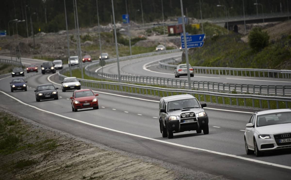 Juhannuksen menoliikennettä 51-tiellä Masalan kohdalla torstaina 20. kesäkuuta.