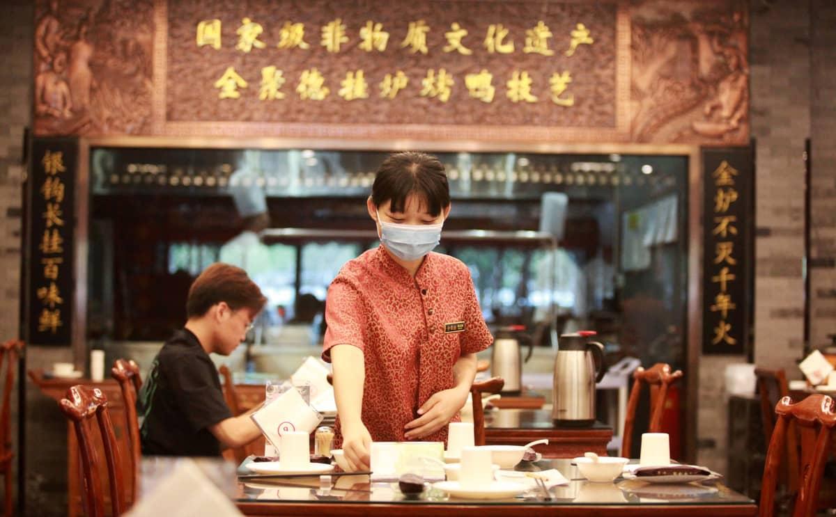 Kiinalainen tarjoilija ravintolassa Yangzhoussa.
