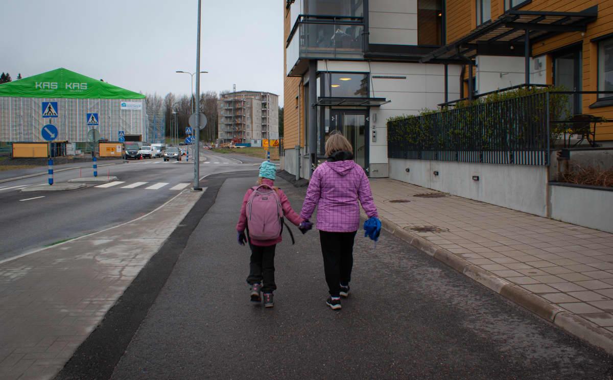 Seija Vahvelainen saattaa tyttärentyttärensä kouluun.