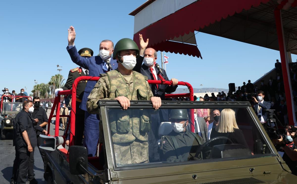 PResidentti Erdogan heiluttaa kansalaisille jeepistä.
