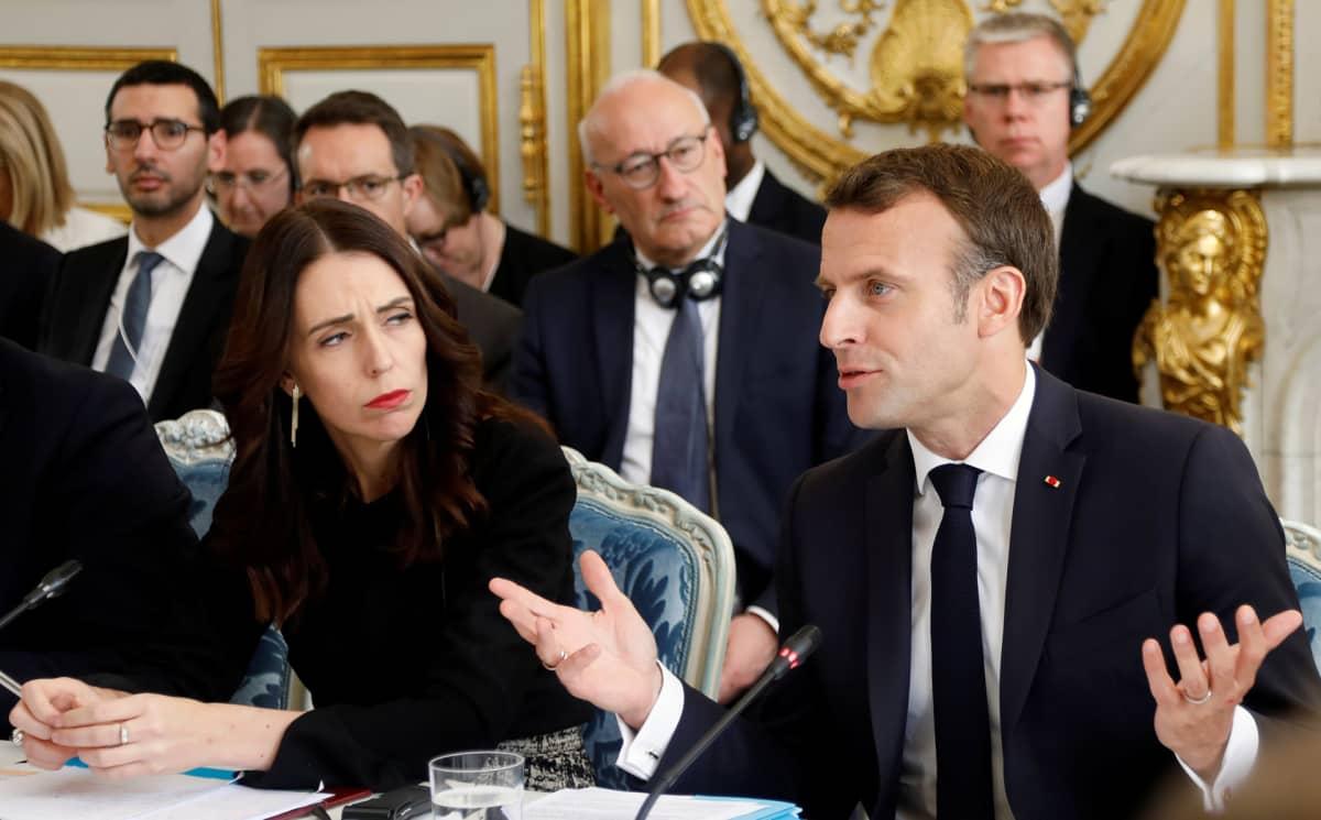 Uuden-Seelannin pääministeri Jacinda Ardern ja Ranskan presidentti Emmanuel Macron tiedotustilaisuudessa.