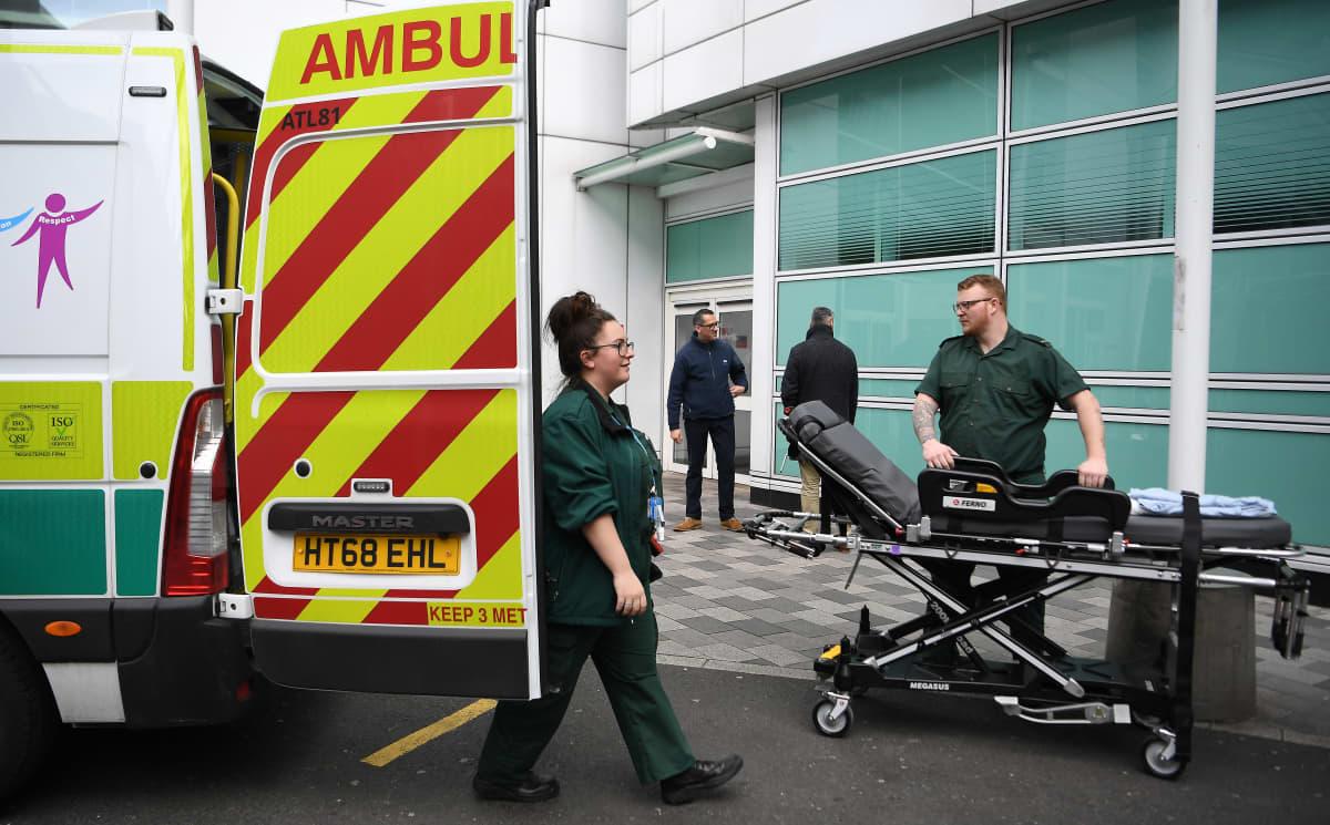 Lontoolainen sairaala perjantaina. Britannia aikoo lisätä koronavirustestausta, ja kaavailee, että niitä kyettäisiin tekemään päivässä kymmenen tuhatta.