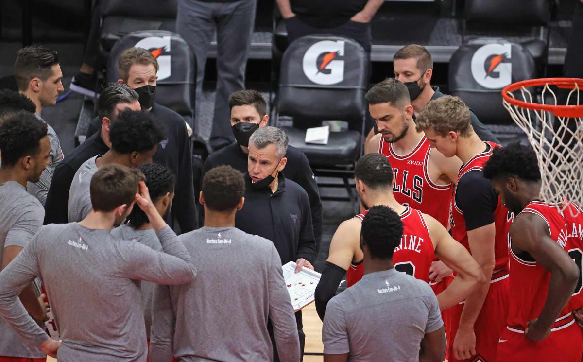 Bullsin päävalmentaja Billy Donovan puhuu pelaajilleen ottelussa San Antoniota vastaan maaliskuussa 2021.