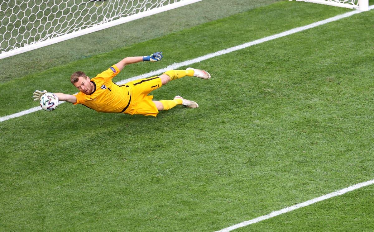 Lukas Hradecky heittäytyy pallon eteen.