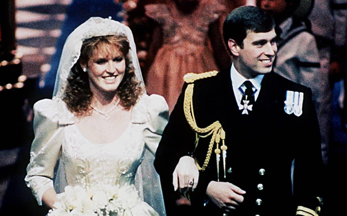 Yorkin herttua Andrew ja Yorkin herttuatar Sarah Ferguson hääpäivänään.