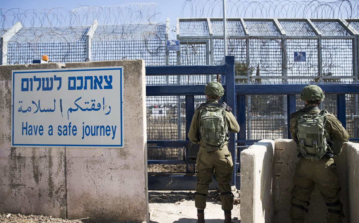 Israelilaisia sotilaita vartiossa Quneitran rajanylityspaikalla Golanin kukkuloilla.