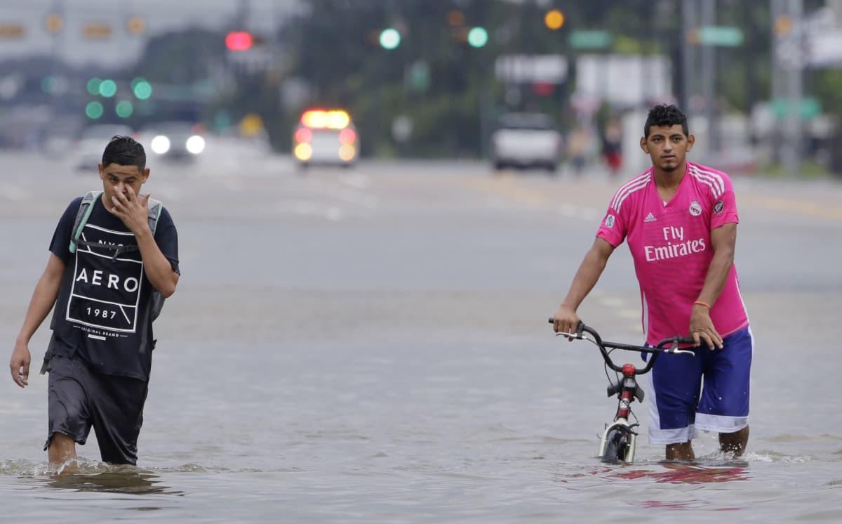 Houstonissa miehet kahlaavat kadulla, jolla on polveen saakka vettä.