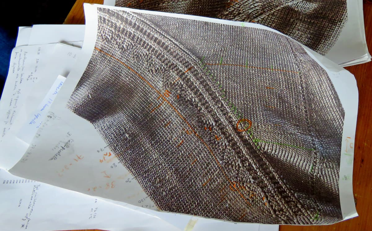 Suurennettu sukankuva paperiarkeilla, päälle on tehty laskelmia.