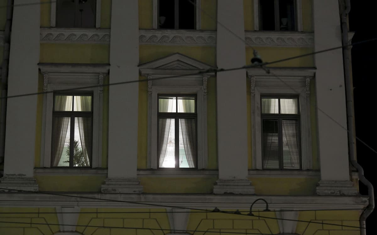 Pääministerin työhuoneessa palavat valot valtioneuvoston linnassa.