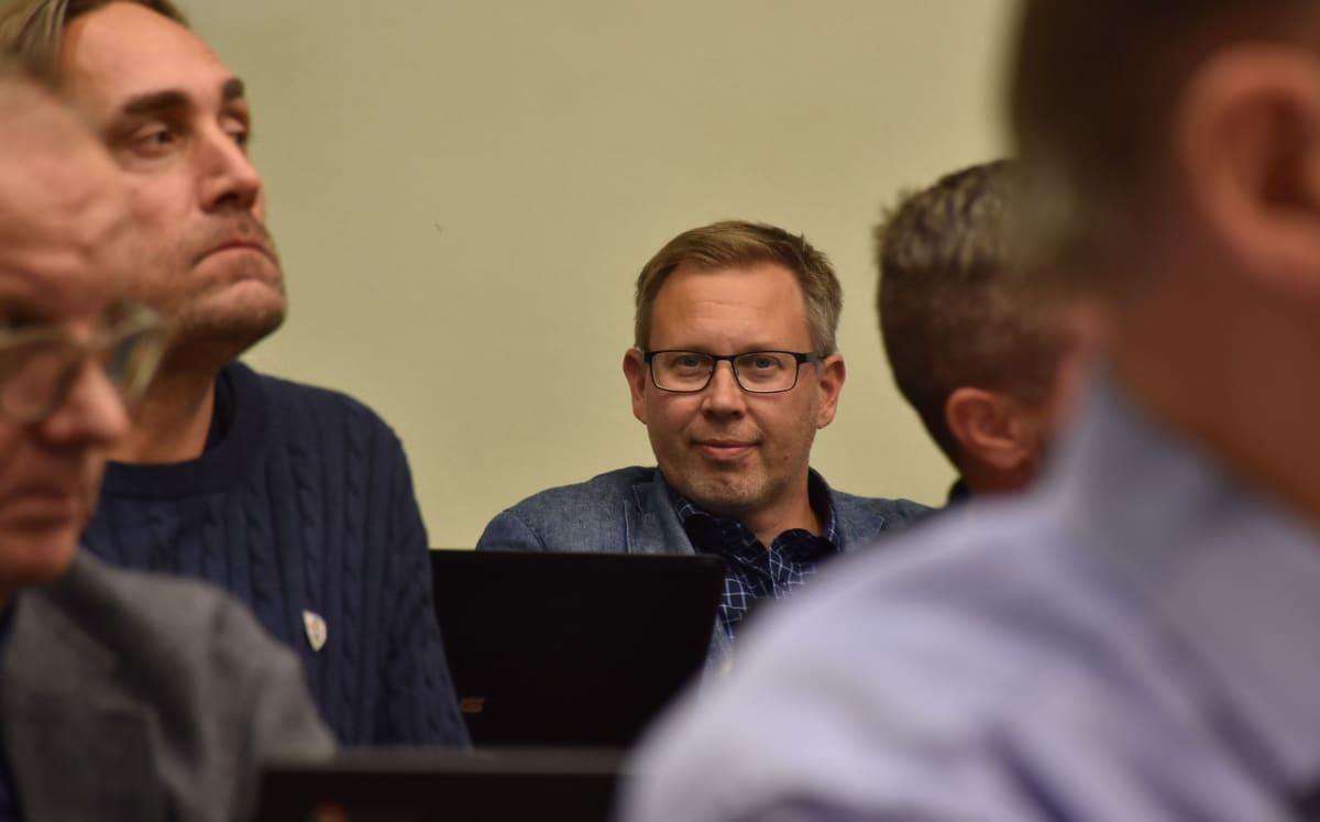 Porin kaupunginvaltuutettu Petteri Lahti (sd.), myös Musan Salaman MuSan toiminnanjohtaja. Vasemmalla kuikuilee valtuutettu Erno Välimäki (vas.).