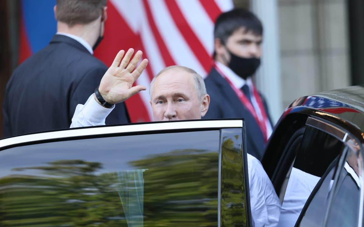 Presidentti Putin vilkauttaa huippukokouspäivän päätteeksi.