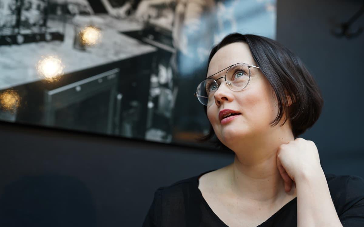 Anna Kajander istuu kahvilassa.