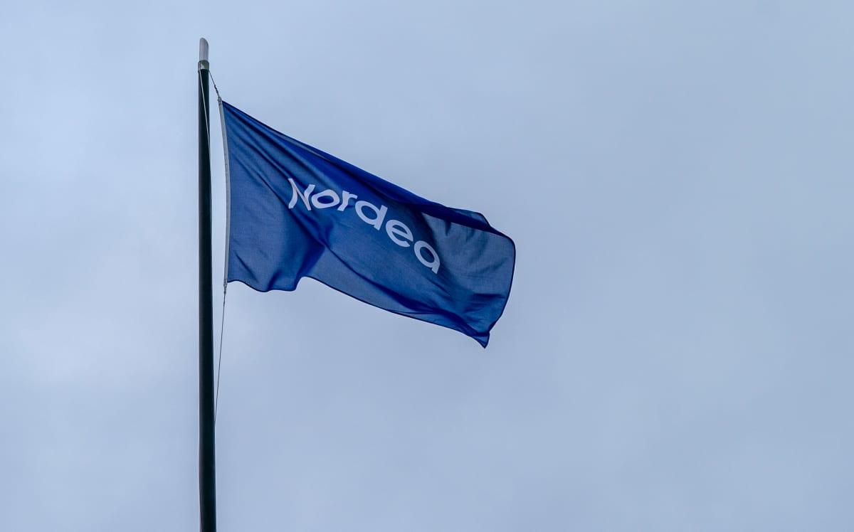 Nordean lippu liehuu tuulessa.