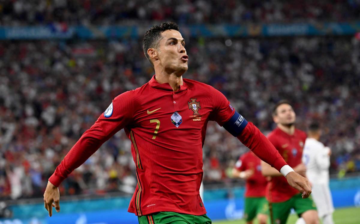 Cristiano Ronaldo tuulettaa maalia