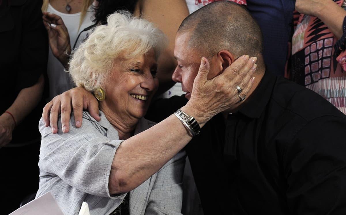 Mario Bravo ja ihmisoikeusjärjestö Plaza de Mayon isoäitien puheenjohtaja Estela de Carlotto