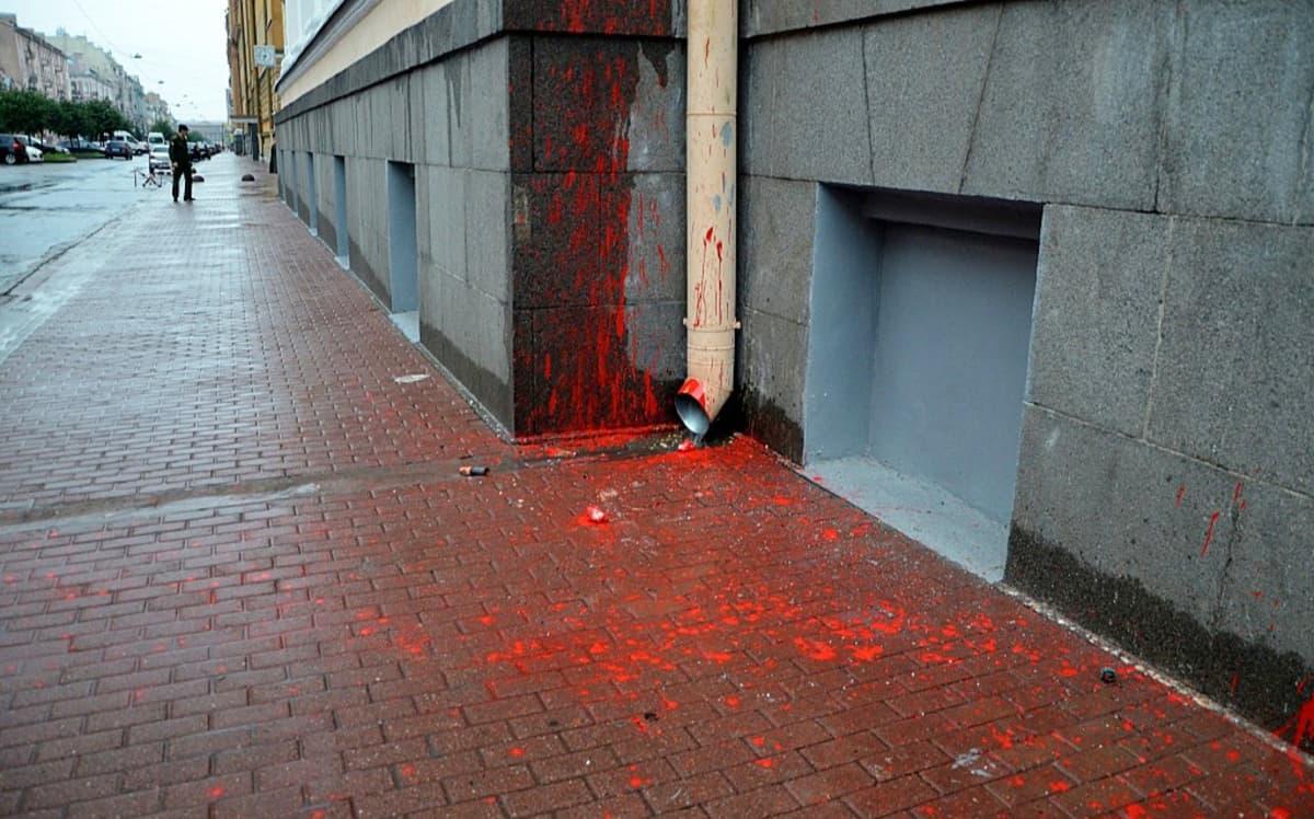 Punaista maalia maassa