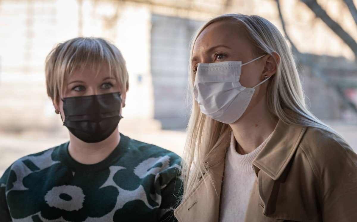 Annika Saarikko ja Maria Ohisalo Säätytalon portailla hallituksen puoliväliriihen alkaessa 21. huhtikuuta.