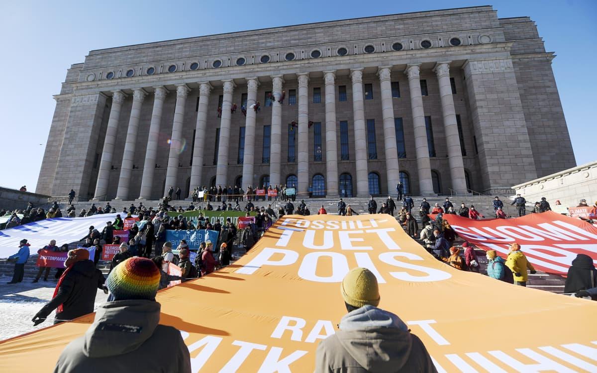 Eduskuntatalon edustalle järjestettiin suuri ilmastonmuutosta vastustava mielenosoitus 6. maaliskuuta.