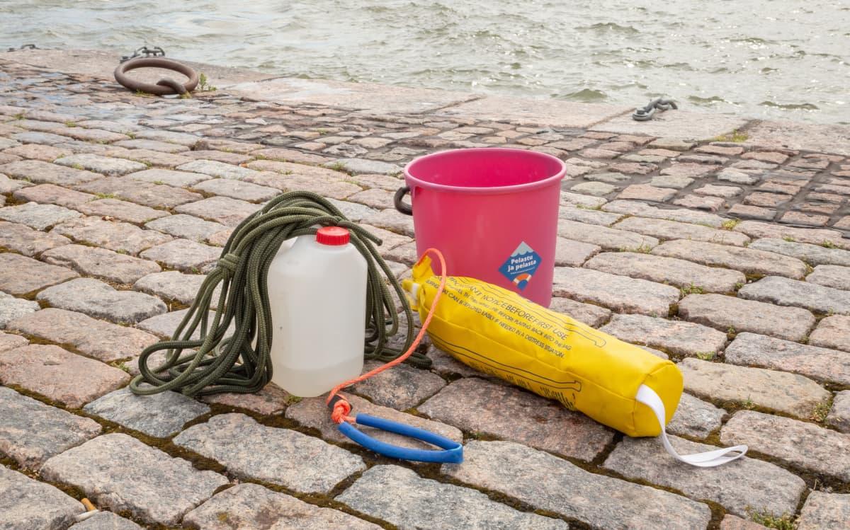 Veden varaan joutuneen ihmisen pelastamiseen käytettäviä tarvikkeita