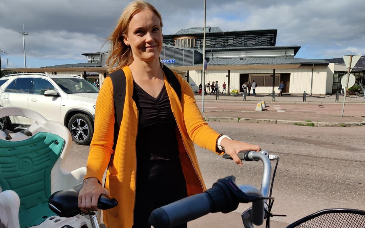 Henna Vesa lähtee pyöräilemään Ahvenanmaalla.