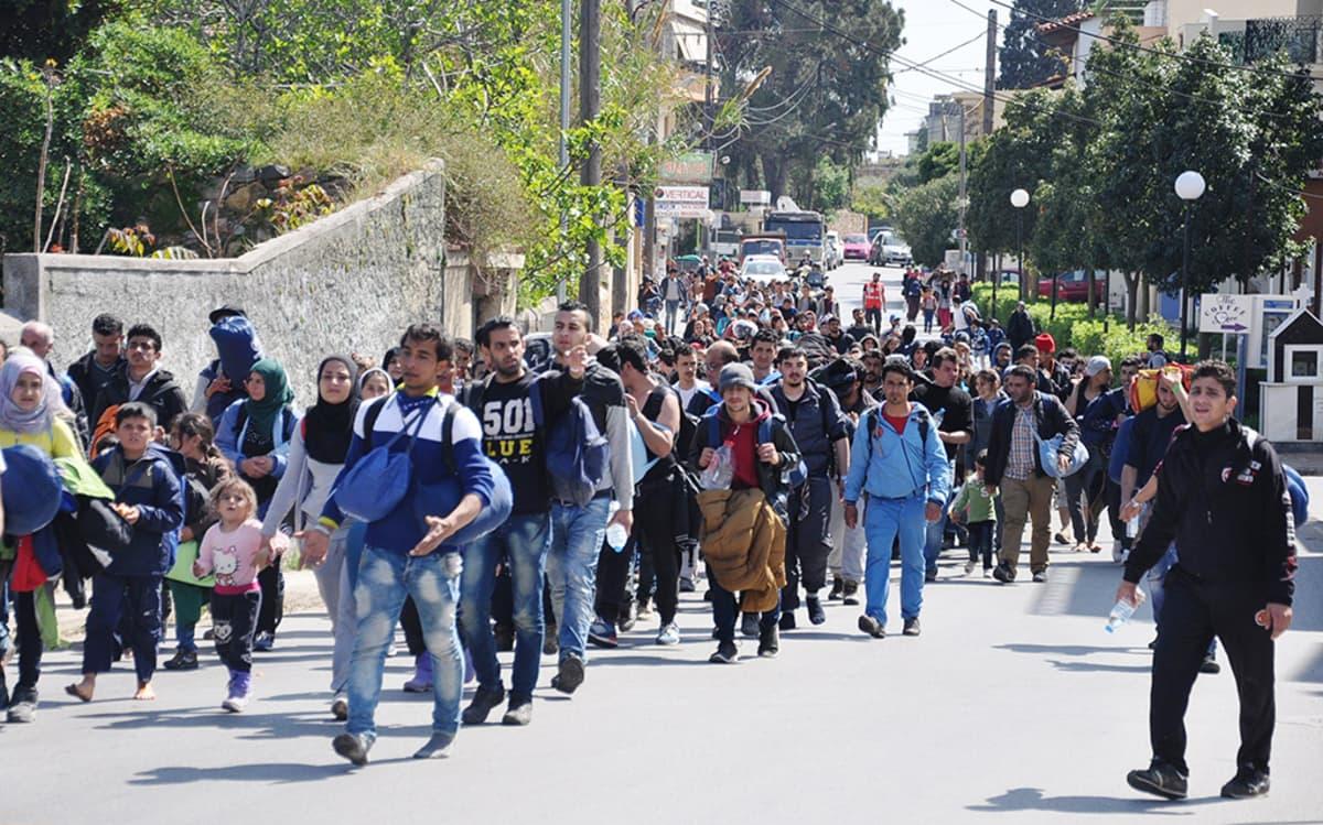 Pakolaisia Khioksen kaduilla huhtikuussa.