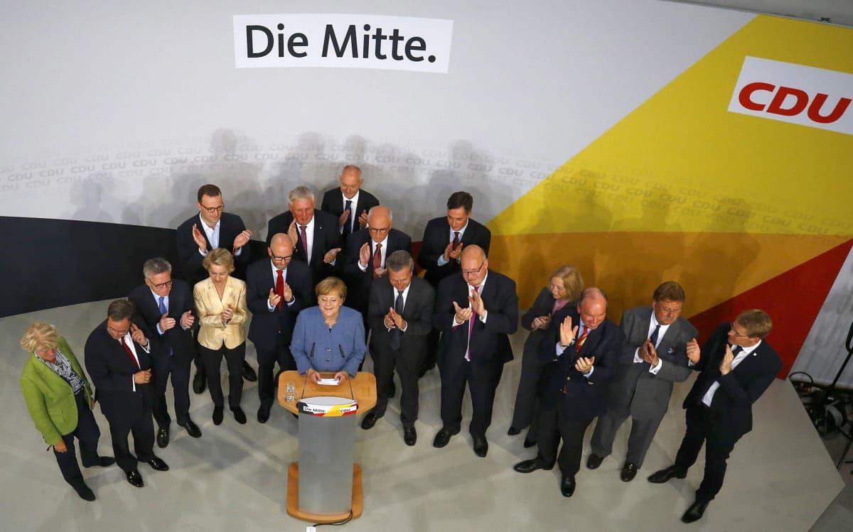 Saksan liittokansleri ja CDU:n puheenjohtaja Angela Merkel puhui kannattajilleen vaali-iltana puolueen päämajassa Berliinissä 24. syyskuussa.