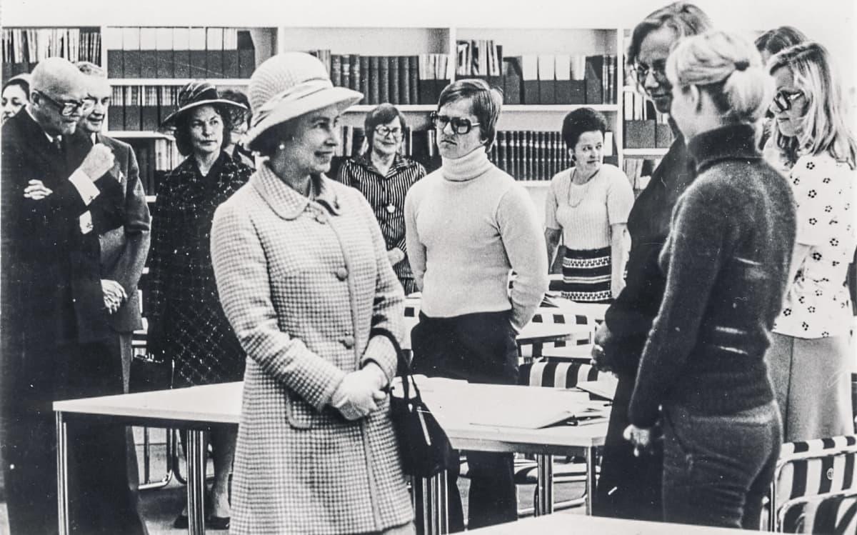 Kuningatar Elisabeth Jyväskylän kaupungin kirjastolla 1976