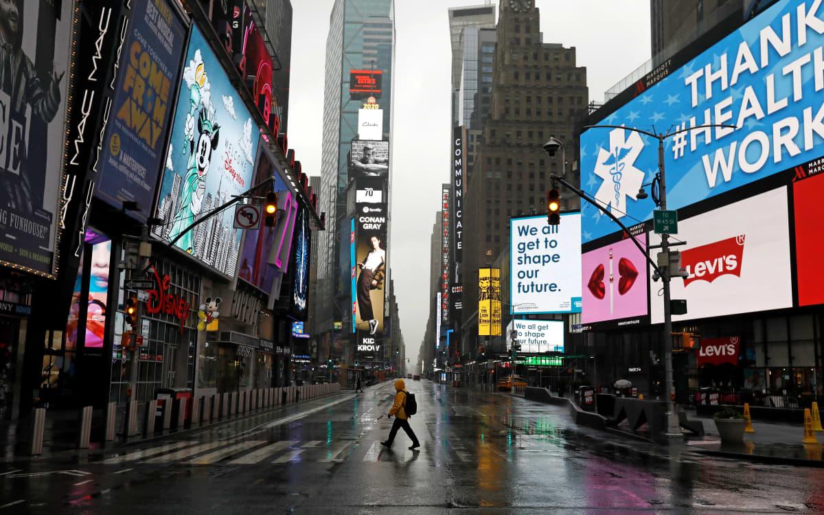 Times Squarella oli maanantaina hiljaista.
