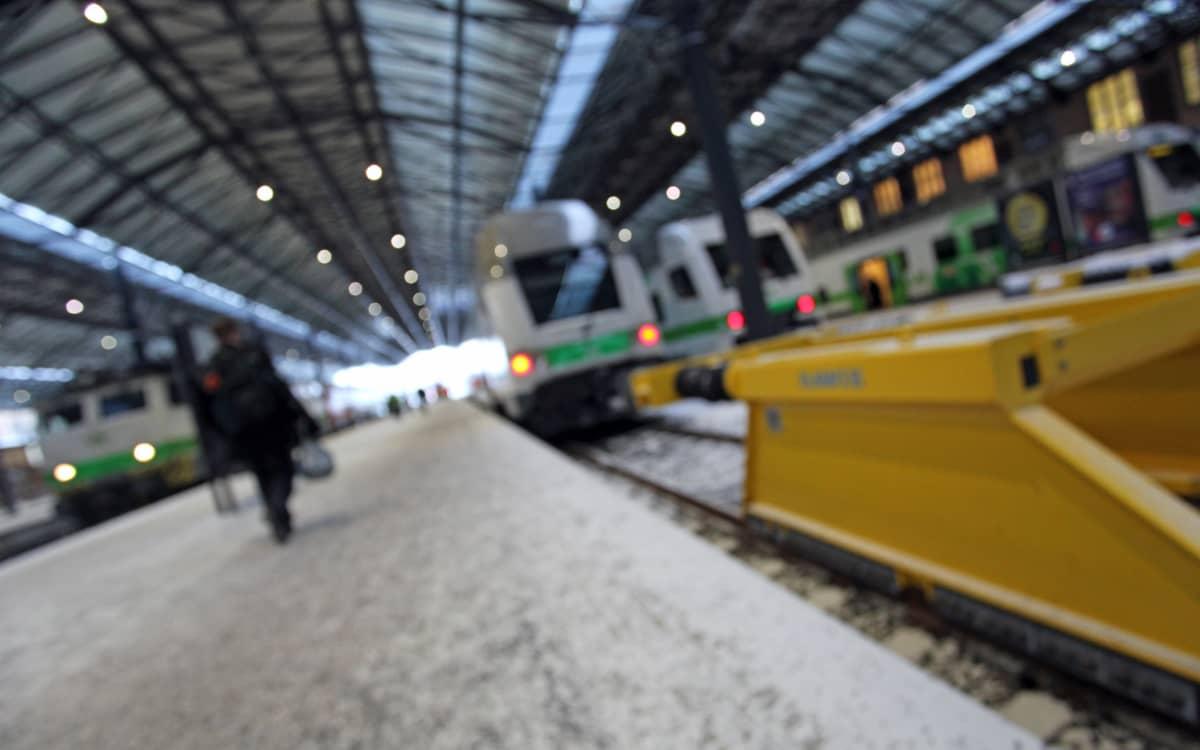 Junia Helsingin rautatieasemalla.