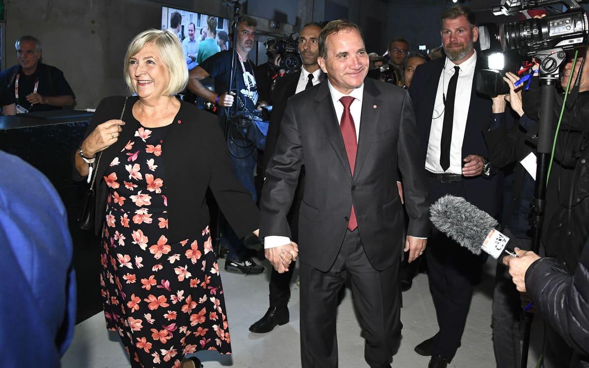 Ulla ja Stefan Löfven saapuivat Sosiaalidemokraattien vaalivalvojaisiin Tukholmassa.
