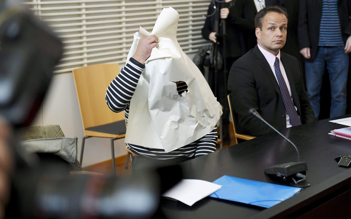 Epäilty virolainen mies ja hänen asianajaja Jukka Pasanen (oik.) Vantaan käräjäoikeudessa 25. syyskuuta