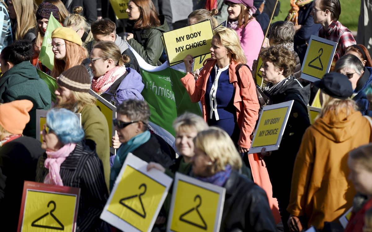Mielenosoittajia eduskuntatalon edessä