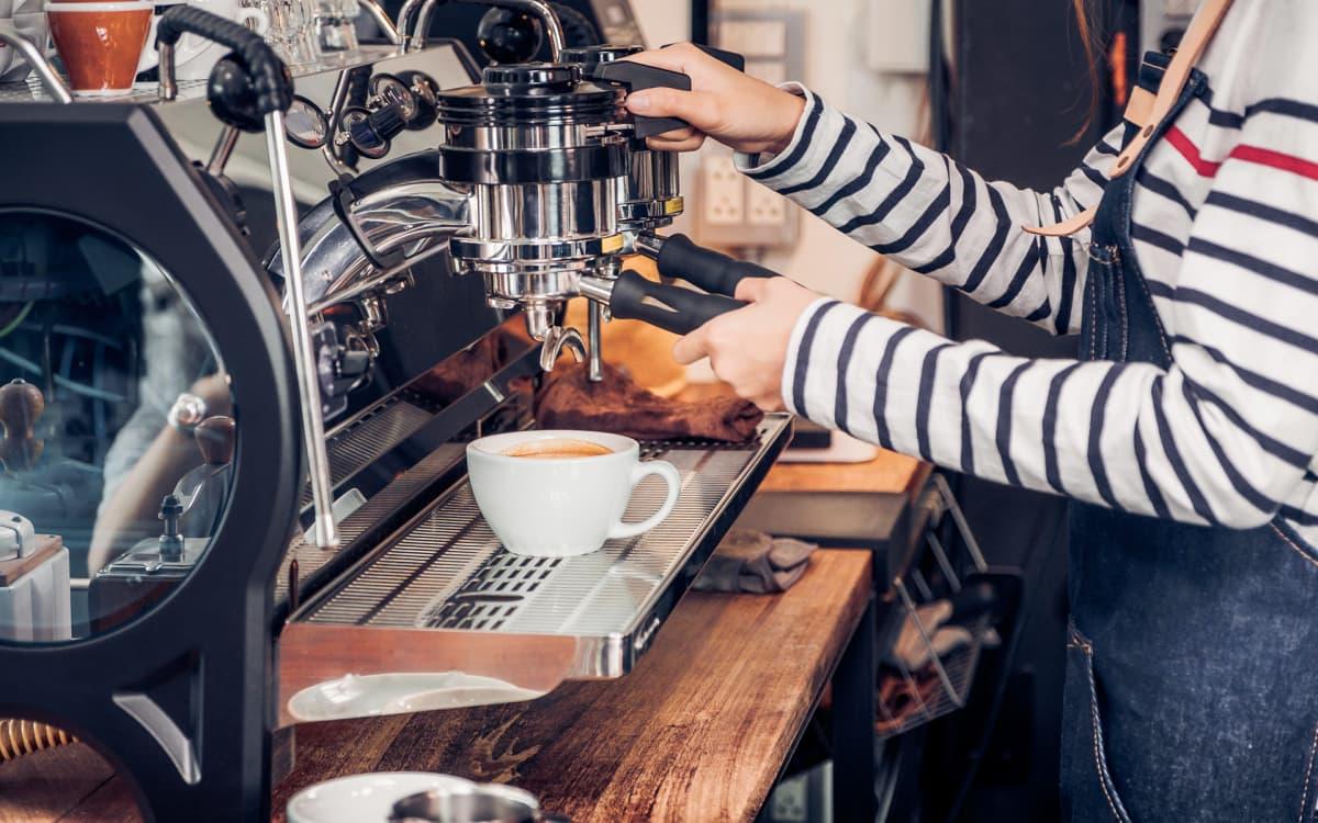 tarjoilija tekemässä kahvia