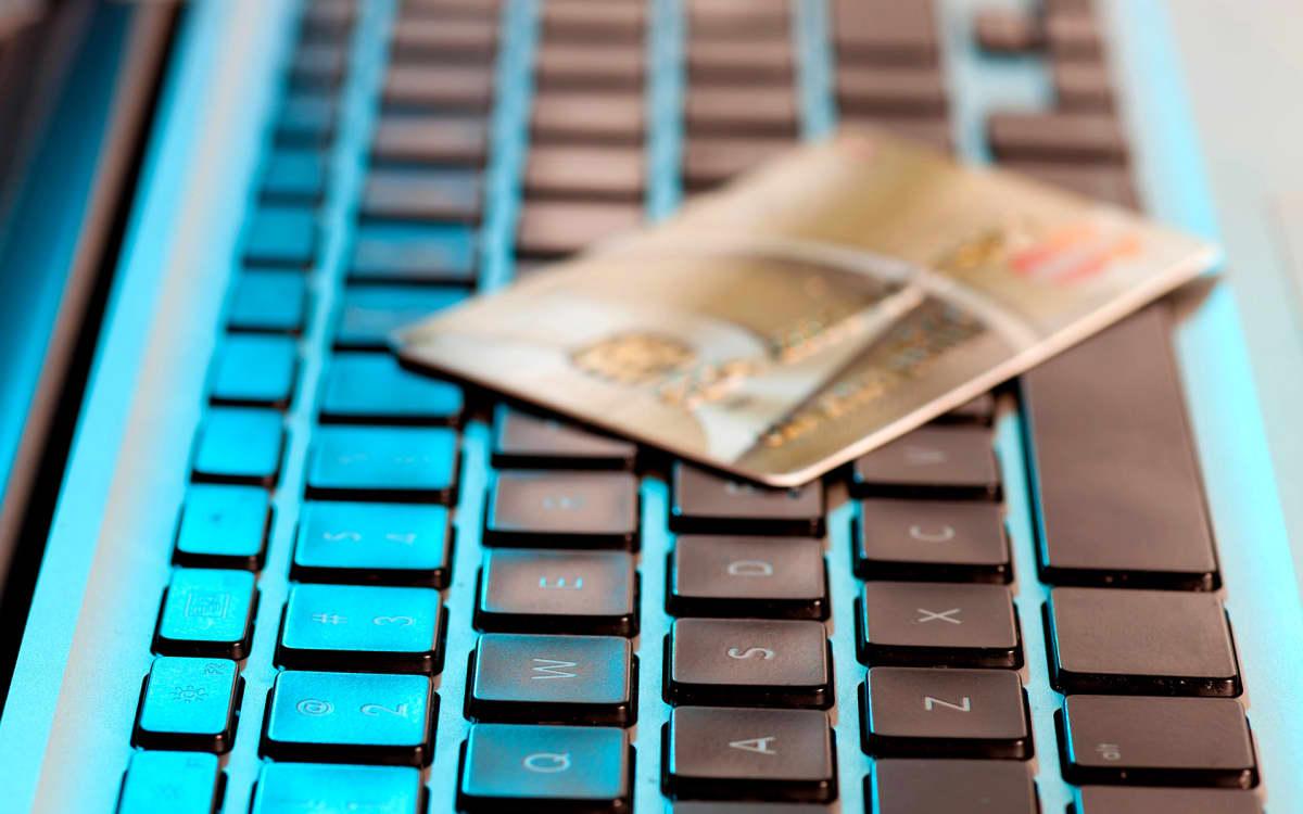 näppiksen päällä luottokortti