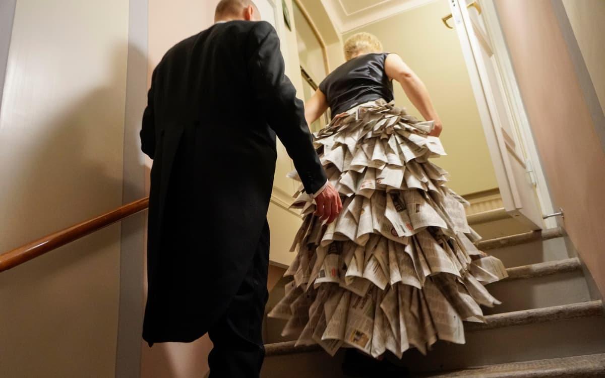Paperista tehty puku.