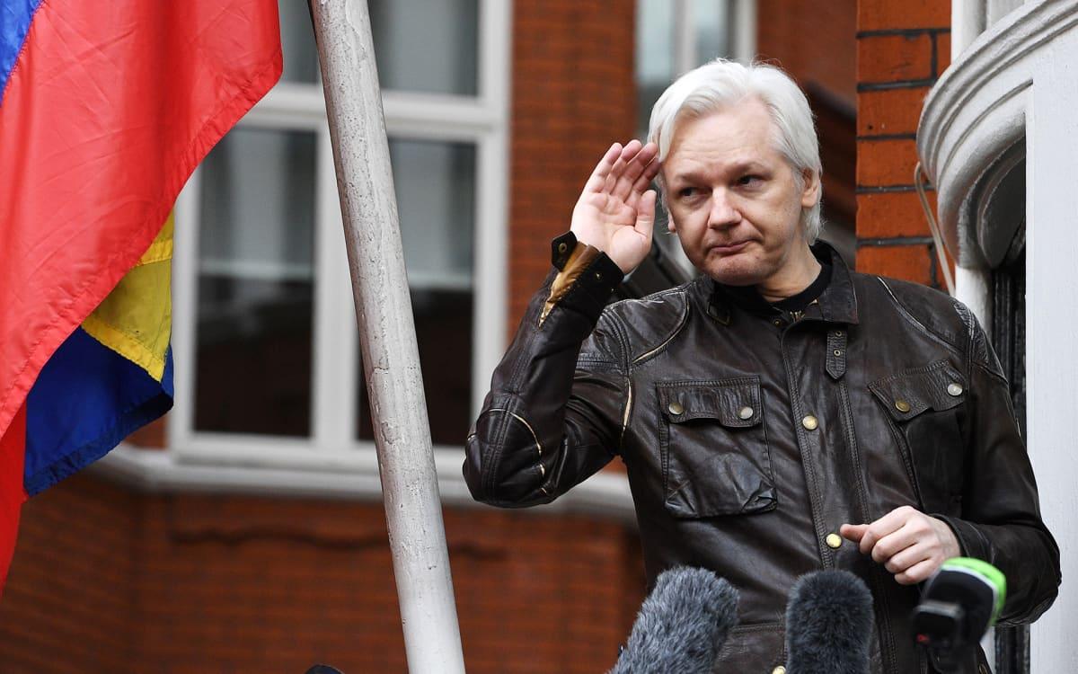 Julian Assange puhui medialle Ecuadorin Lontoon suurlähetystön parvekkeella 19. toukokuuta 2017.