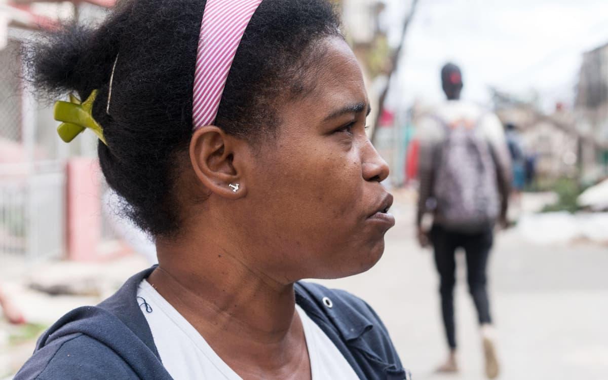 Caridad Floresia harmittaa, ettei La Viboraan oltu saatu apua vielä maanantaiaamupäivään mennessä. Asukkaat olivat kuitenkin tarttuneet toimeen ja aloittaneet raivaustyöt.
