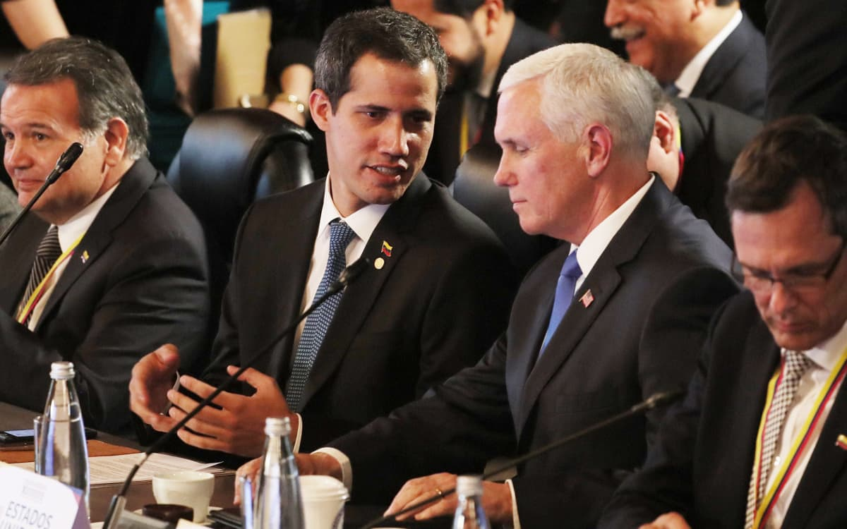 Venezuelan presidentiksi julistautunut Juan Guaidó ja USA:n varapresidentti Mike Pence keskustelivat Bogotássa järjestetyssä Liman ryhmän kokouksessa 25. helmikuuta