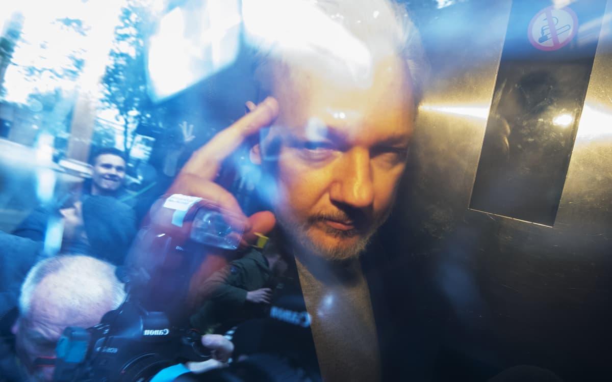 Julian Assange kuvattuna vankila-autossa Southwarkin oikeustalolla Lontoossa 1. toukokuuta.