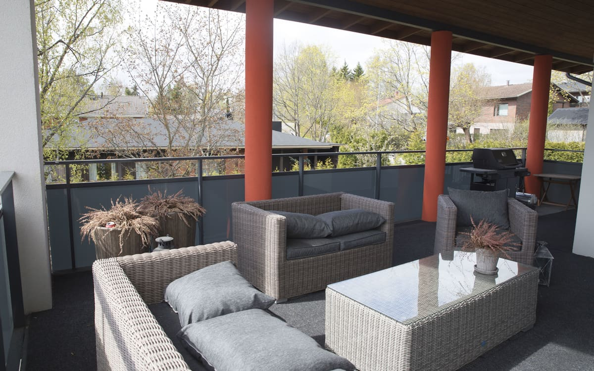 hieno terassi sohvineen