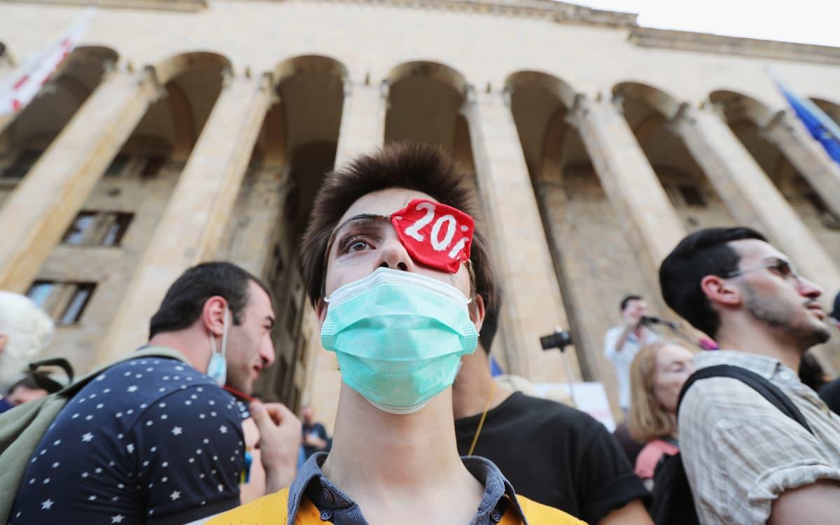 Opposition kannattajat osoittivat mieltään Tbilisissä sunnuntaina.
