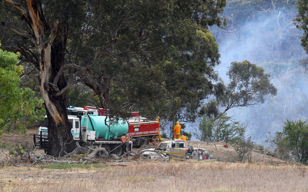 palomiehiä maastopaloa sammuttamassa