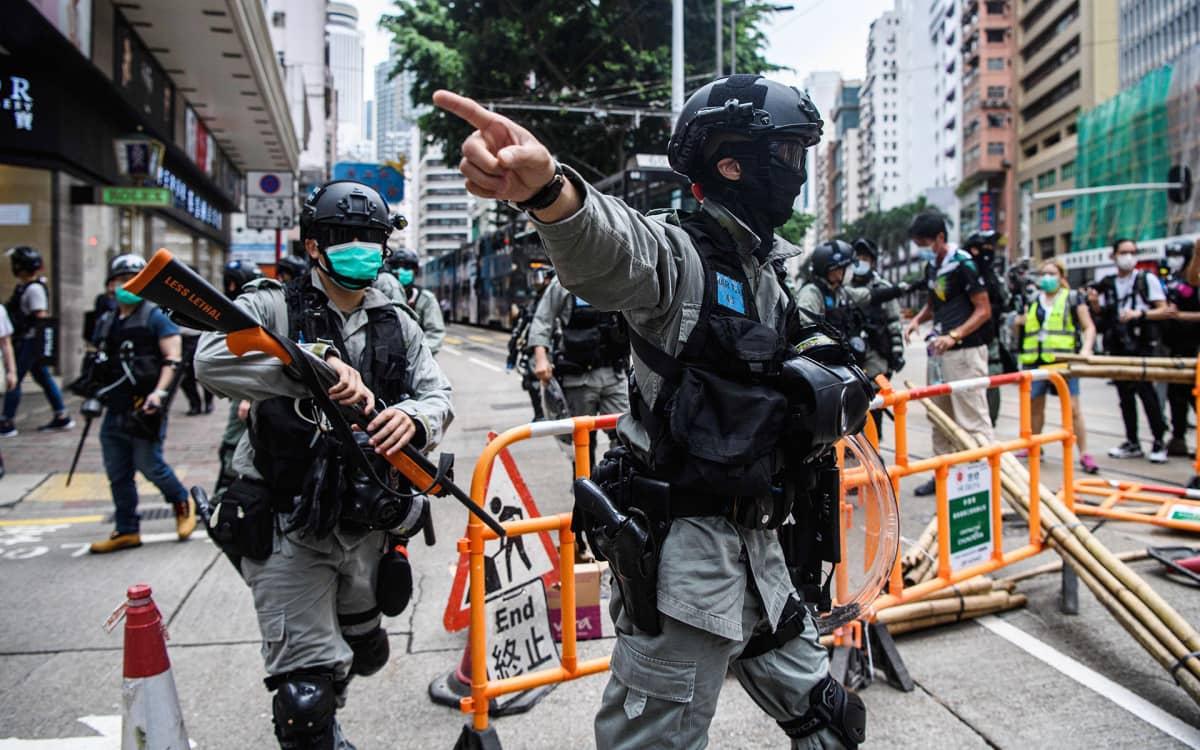 Mellakkapoliiseja mielenosoituksen yhteydessä Hongkongissa 24. toukokuuta.