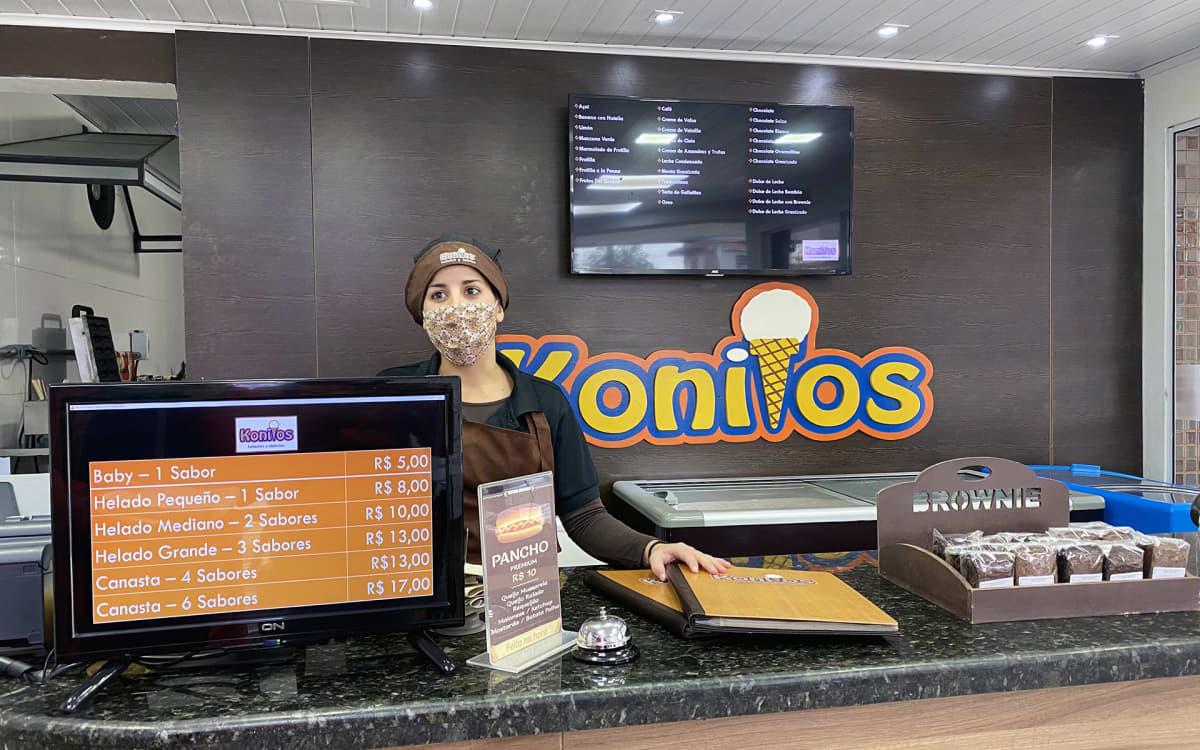 """Jäätelömyyjä Gabriela Davilan mukaan asiakkaat ovat kadonneet, ja yrityksestä on irtisanottu neljä työntekijää. """"Tilanne huononee koko ajan"""", hän sanoo."""