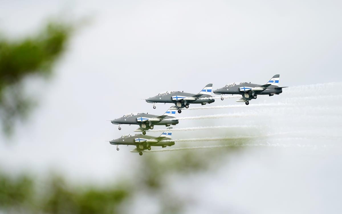 Puolustusvoimien taitolento-osaston Midnight Hawksin hävittäjiä Helsingissä Puolustusvoimain lippujuhlan päivänä