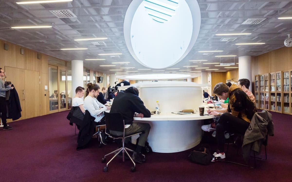 opiskelijoita yliopiston kirjastossa