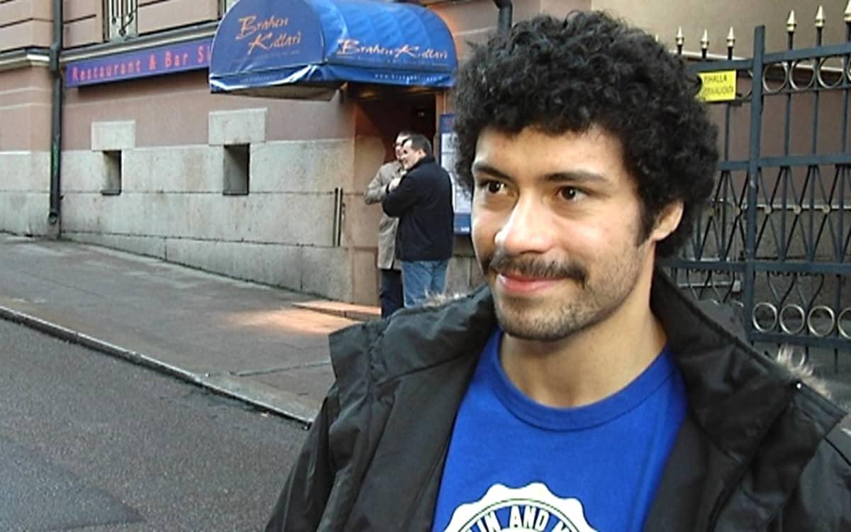 Jääkiekkoilija Camilo Miettinen seisoo kadulla.