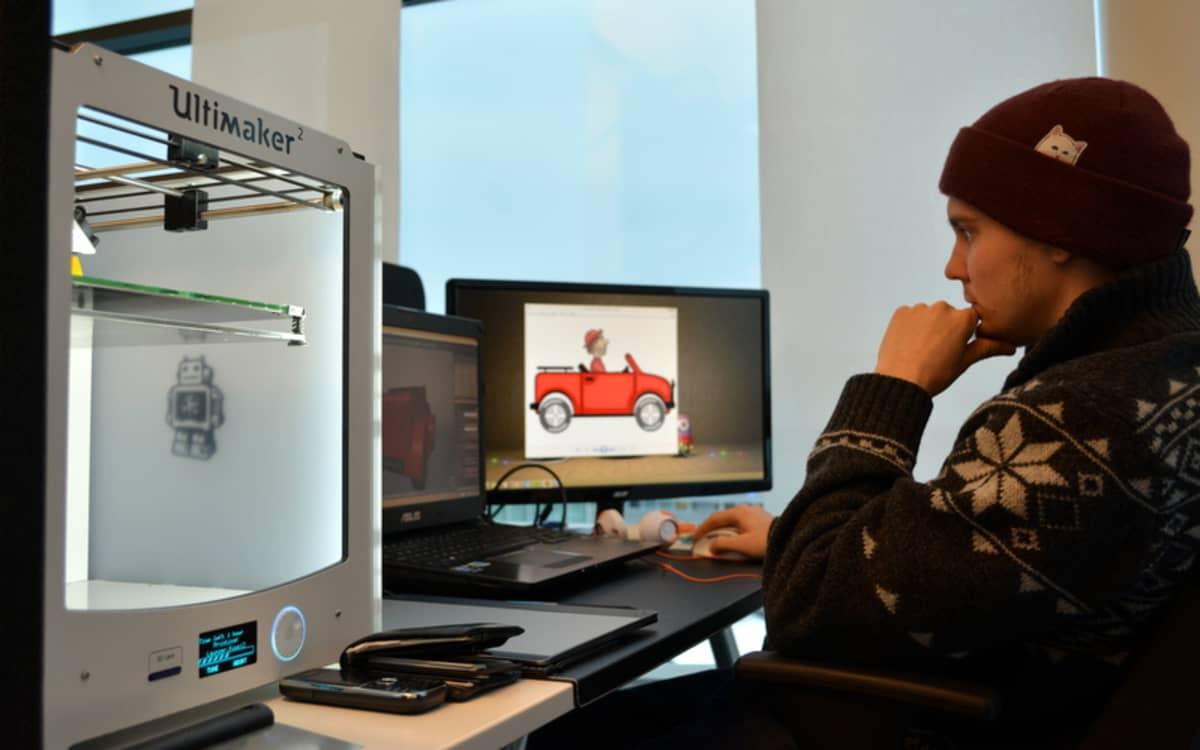 Mies suunnittelee 3D-tulostettavaa tuotetta.