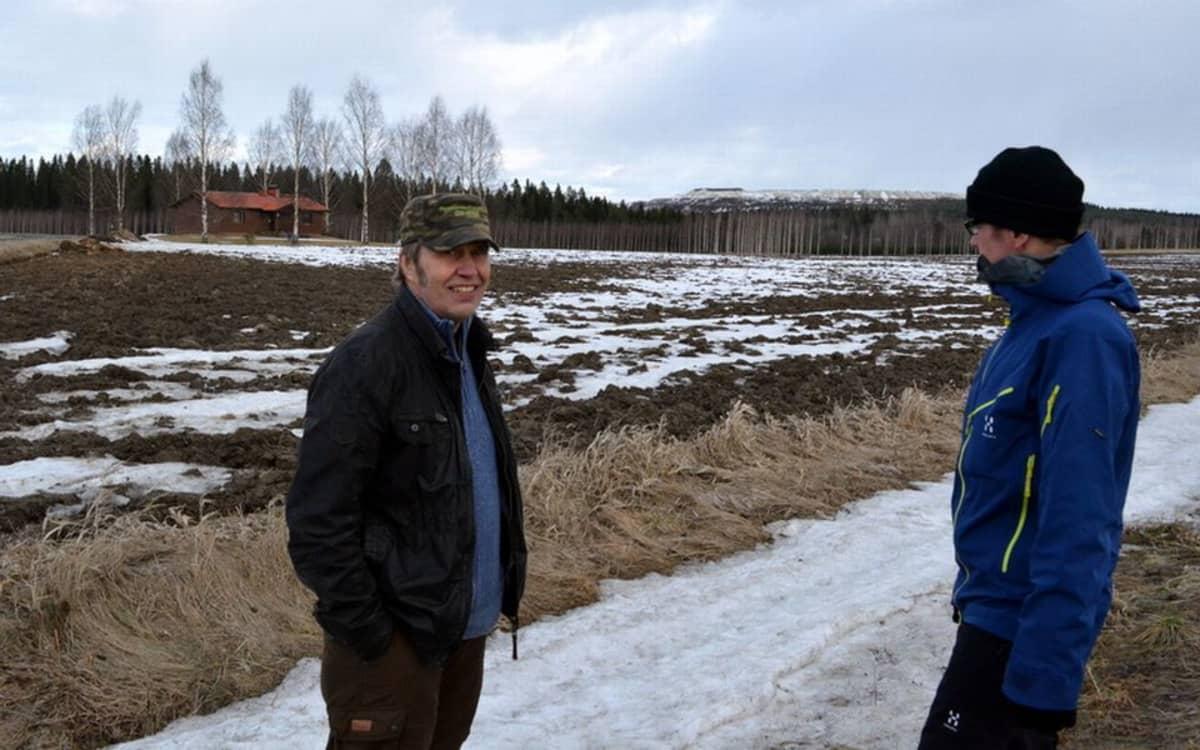 Heikki Jääskeläinen (vas) ja Vesa Vainikainen Jääskeläisen taustanaan Yaran kipsivuori.