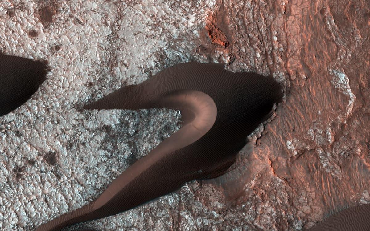 Yksityiskohtainen kuva Marsin punertavasta pinnasta. Kuvassa näkyvät jopa yksittäiset hiekkajyväset.